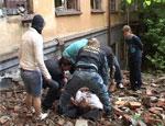 В Екатеринбурге школьник, пытаясь выполнить «киношный» трюк, сорвался с крыши (ФОТО)