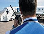 Специалисты требуют разрешить на борту самолета наручники и электрошок