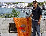 В Севастополе бывший лидер партии Ющенко сжег оранжевый флаг (ФОТО)