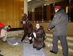В Москве студентки расстелили матрасы в здании Министерства образования РФ (ФОТО)