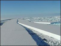 Ледяной мост раскололся в Антарктике