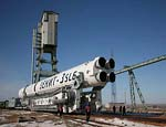 Ракета-носитель с транспортным пилотируемым космическим кораблем «Союз ТМА-15» установлена на стартовый комплекс Байконура