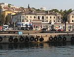 Туристы превратили бухту в центре Севастополя в плавучую свалку