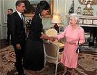 Расчувствовавшаяся Мишель Обама обняла королеву вопреки протоколу